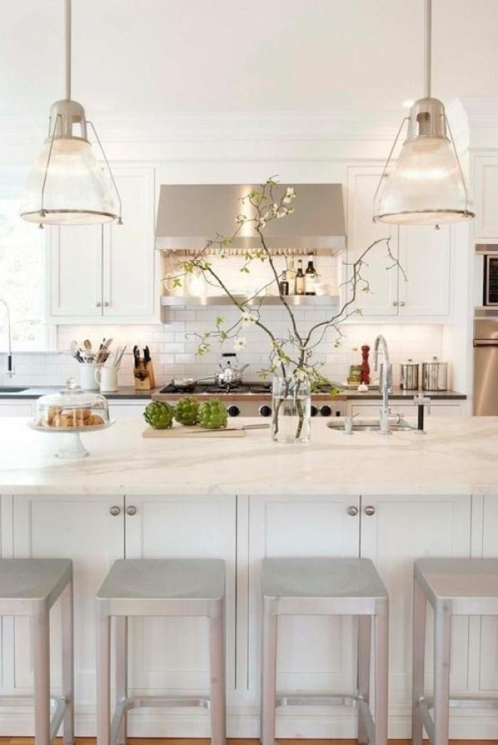 weißes-Küchen-Interieur-industrielle-Lampen-aluminium-Bar-hocker