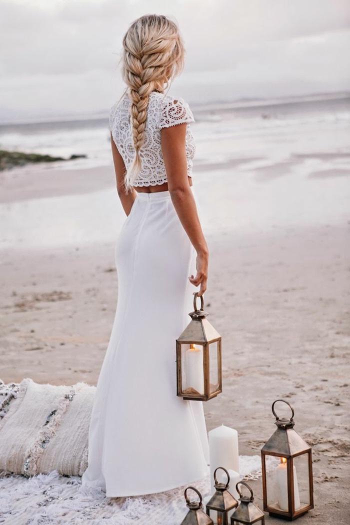 weißes-boho-Kleid-zwei-Teile-Spitze-Laternen-Kerzen-Strand