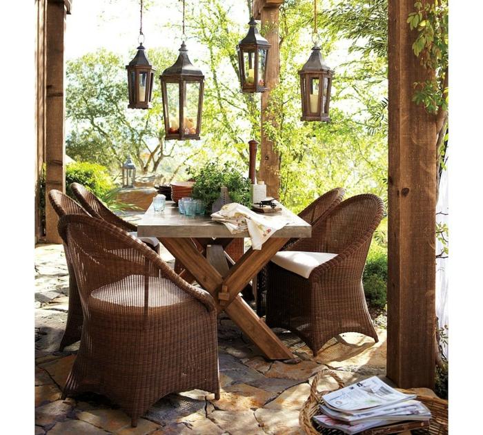 wunderschöne-Garten-Gestaltung-Esstisch-Massivholz-Rattanstühle-Laternen