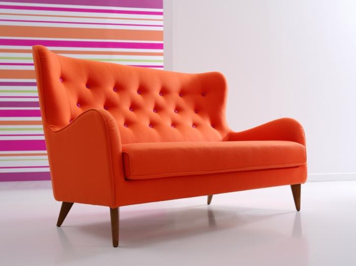 wunderschönes-orange-Sofa-Textil-rosa-Knöpfen-gestreifte-Wand-grelle-Farben