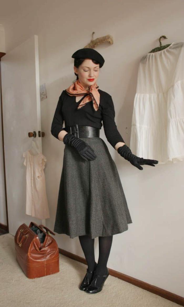 50er-Stimmung-Frankreich-retro-schick-elegantes-Halstuch-schwarze-Mütze-Barett