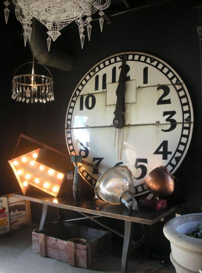 Atelier-schwarze-Wände-Kronleuchter-große-Wanduhr