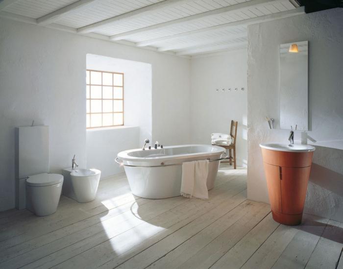 Badezimmer-moderne-Badewanne-Tuch-Waschbecken-Toilette-Fenster-weiße-Wände-Landhausstil