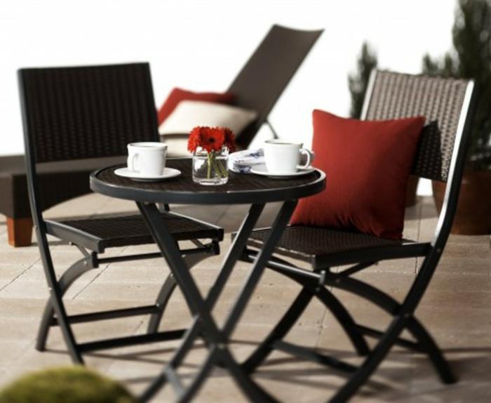 Bistro-Tisch-mit-Stühlen-rot-kissen