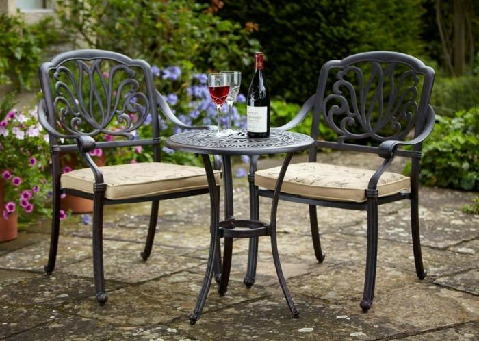 Bistro-tisch-mit-stühlen-aus-isern-schwarz-polster