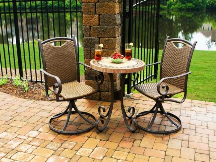 Bistro-tisch-mit-stühlen-aus-metall-und-rattan