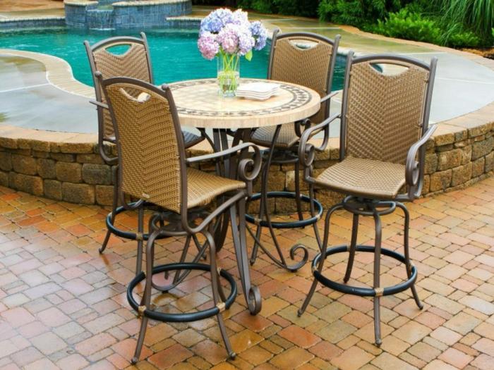 Bistro-tisch-mit-stühlen-aus-polyrattan-blumen-vase
