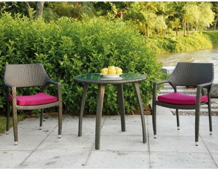 Bistro-tisch-mit-stühlen-aus-polyrattan-und-rosige-polster