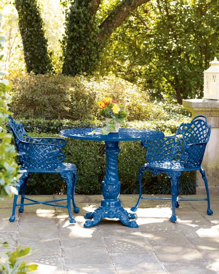 Bistro-tisch-mit-stühlen-im-garten-in-Blau