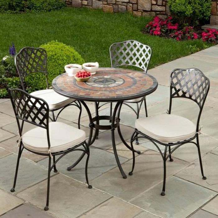 Bistro-tisch-mit-stühlen-mozaik-weiße-sitz