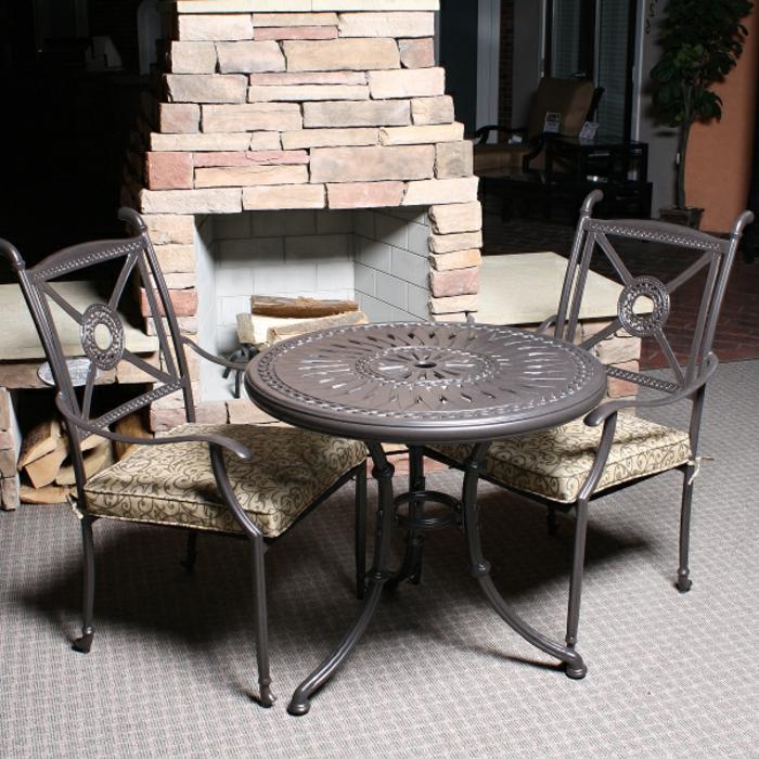 Bistro-tisch-mit-stühlen-rustikal-ländlich