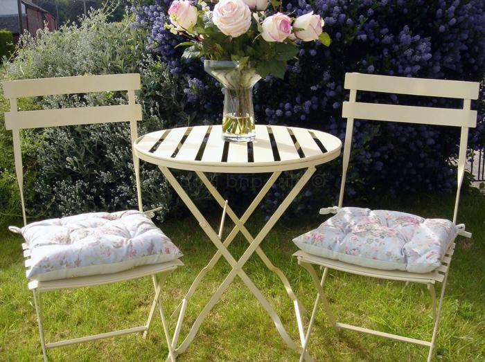 Bistro-tisch-mit-stühlen-schmuck-mit-rosen