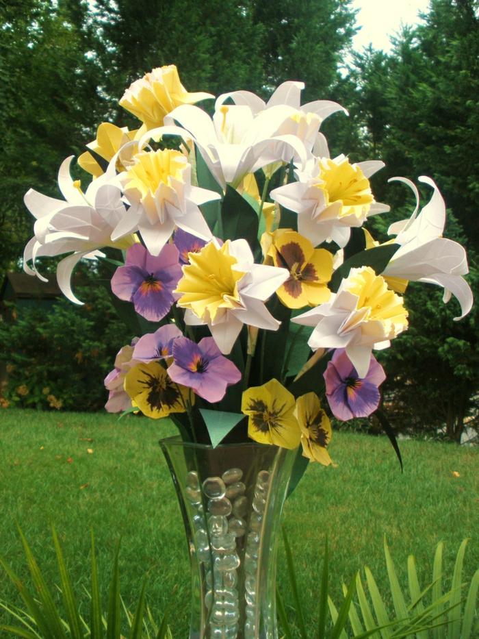 Blumen-Komposition-Papier-Origami-Kunst-Vase-sonniger-Tag-Gras-Natur