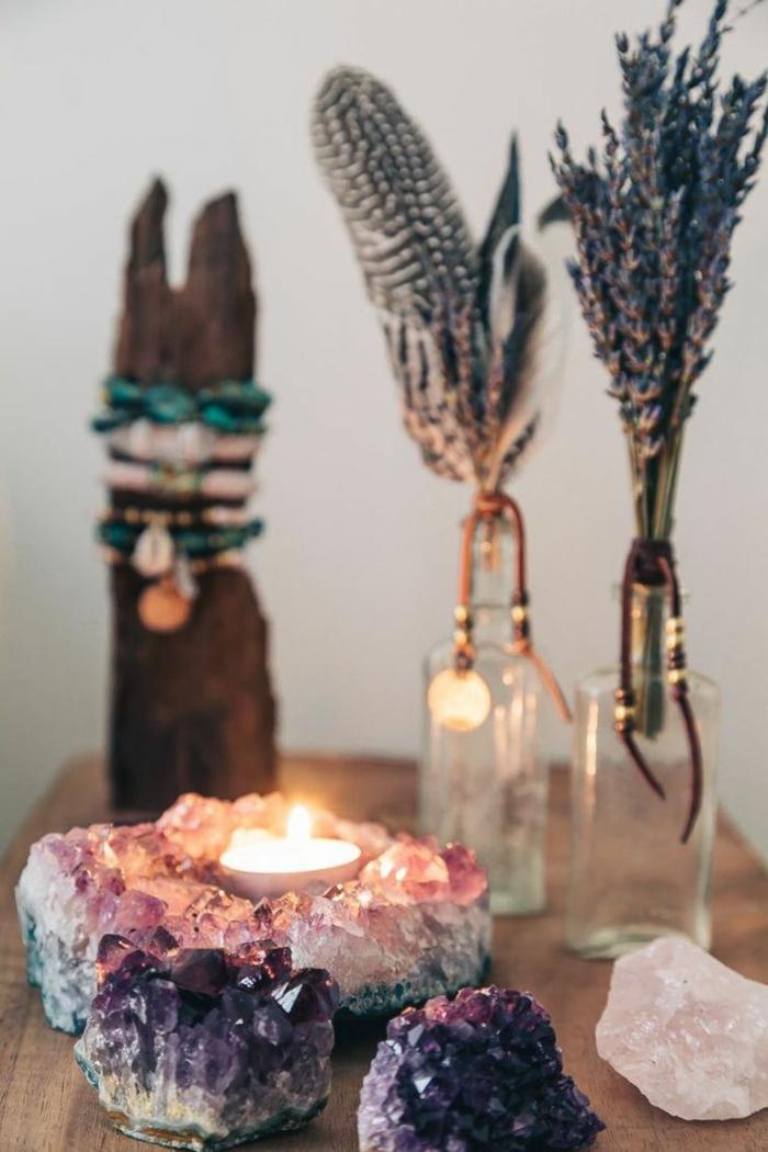 Boho-Chic-Atmosphäre-Federn-Kerzen-Lavendel-Kristalle