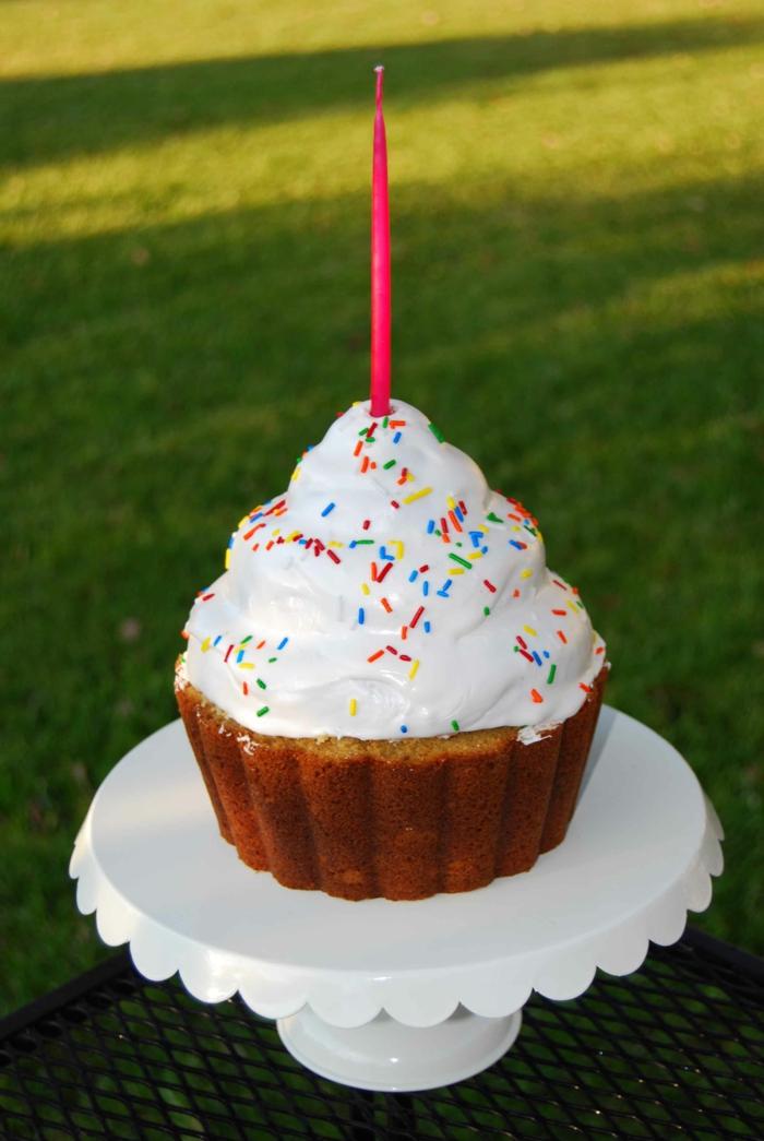 Cupcake-Ständer-Vanille-Sprinkles-Kerze-Party-Geburtstagsidee