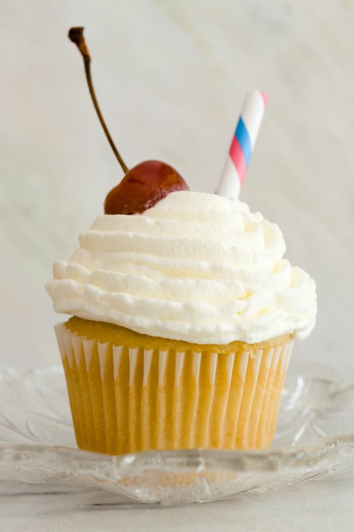 Cupcake-Vanille-Creme-Kirschen-Dekoration