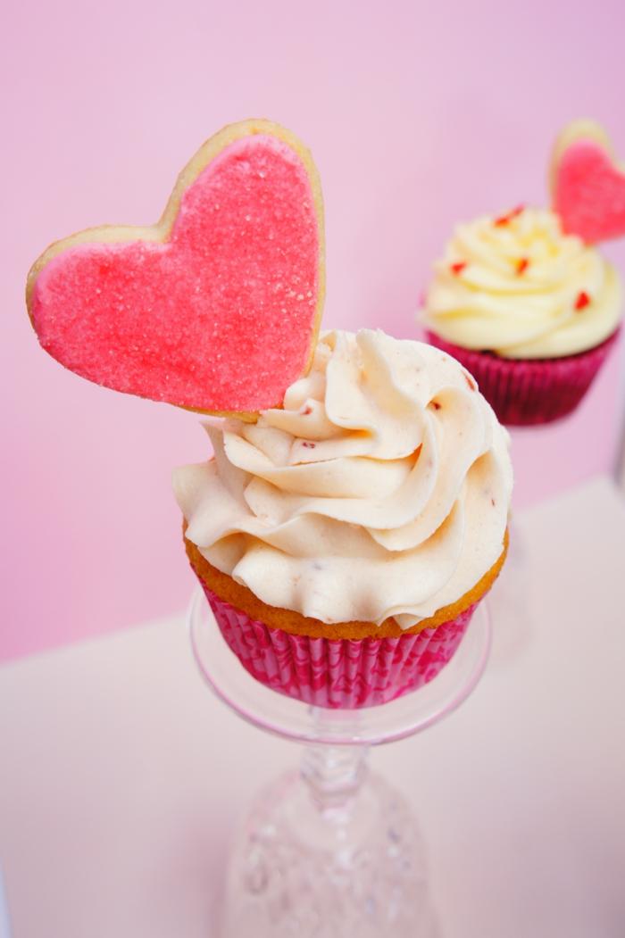 Cupcake-Vanille-Erdbeeren-Frosting-Herz-Dekoration