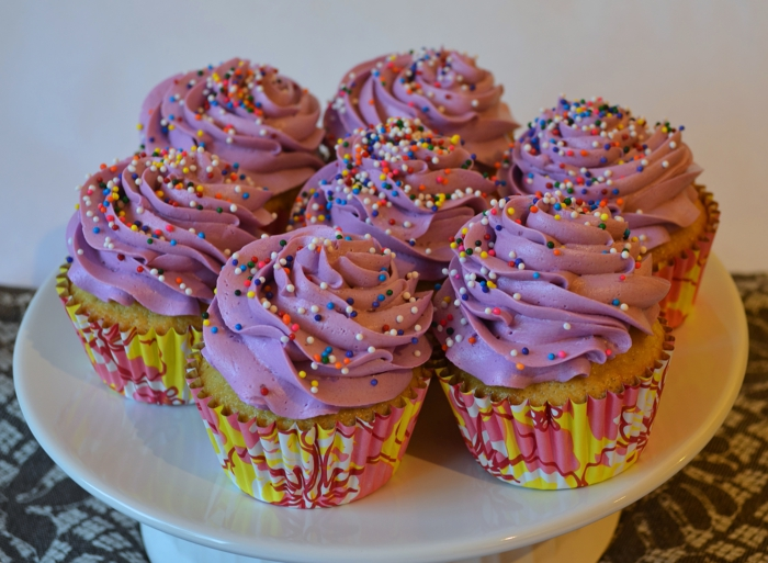 Cupcakes-Vanille-Buttercreme-lila-Frosting-Sprinkles