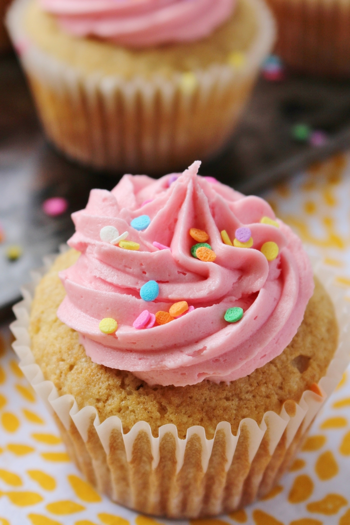Cupcakes-Vanille-Buttercreme-rosa-Sprinkles