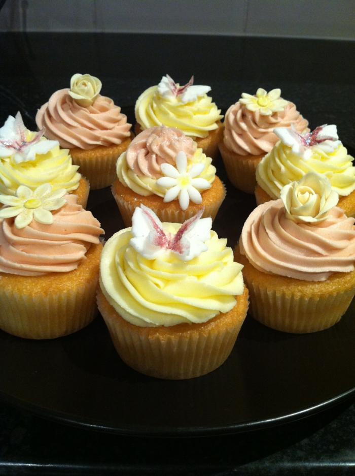 Cupcakes-Vanille-Creme-Dekoration-Schmetterlinge-Blumen