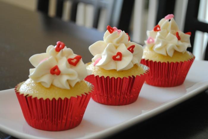 Cupcakes-Vanille-rote-Glanzpapier-Verpackung-Creme-Herzen-Dekoration