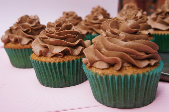 Cupcakes-aus-Vanille-Schokoladen-Frosting