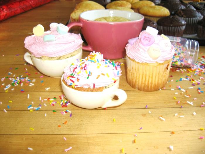 Cupcakes-verschiedene-Arten-Formen-Größen-Teetassen-Vanille-Sprinkles