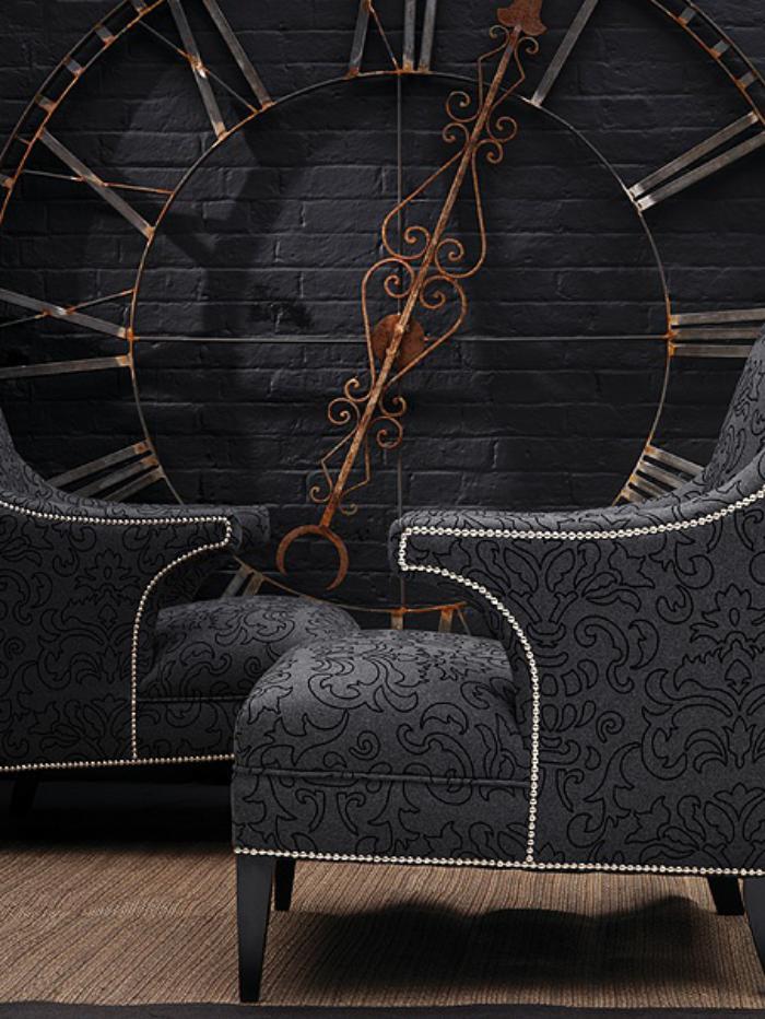 Designer-Wanduhr-schwarze-Ziegelwand-feine-Sessel