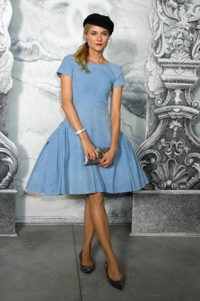 Diane-Kruger-berühmte-deutsche-Schauspielerin-eleganter-Outfit-blaues-Kleid-Clutch-Flats-französische-Mütze-schwarz