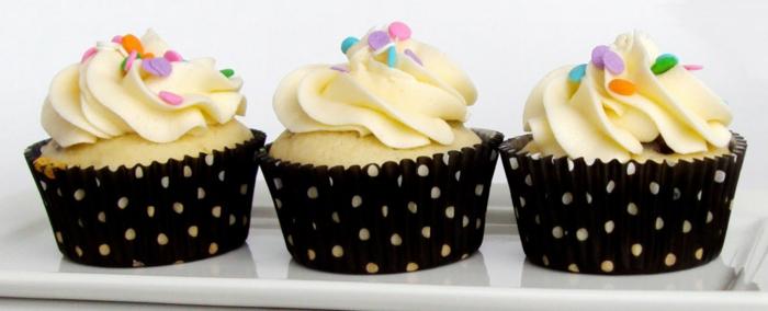 Eiweiß-Cupcakes-Vanille-sprinkles