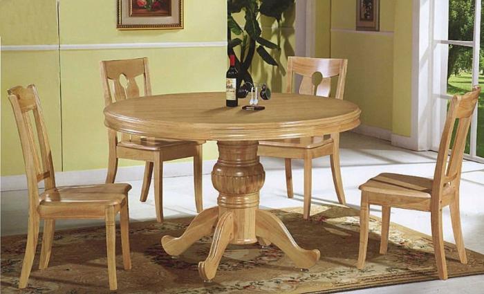 Esstisch-Massivholz-Stühle-einfaches-Design-Weinflasche-gelbe-Wände