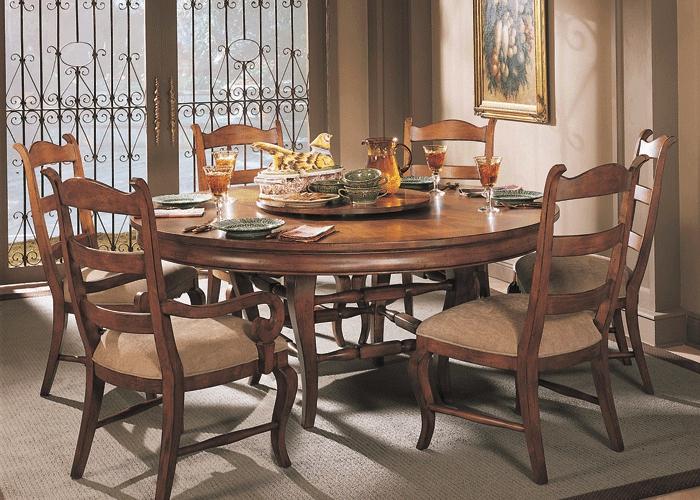 Esstisch-Massivholz-elegante-Stühle-gemütliches-Interieur