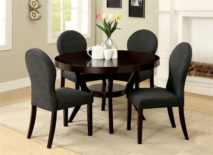 Esszimmer-minimalistisches-Interieur-runder-Tisch-Holz-Textilstühle-Tulpen