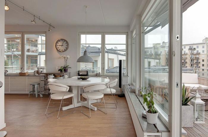 Esszimmer-skandinavisches-Interieur-runder-Tisch-Stühle-weiß-modernes-Design-industrielle-Lampe
