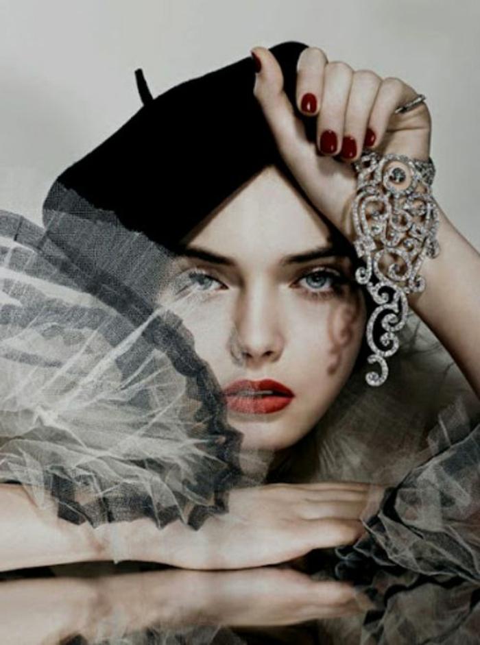 Fashion-Foto-stilvoller-Outfit-Tüll-Schmuck-Zyrkonia-roter-Lippenstift-Nagellack-schwarzes-Barett
