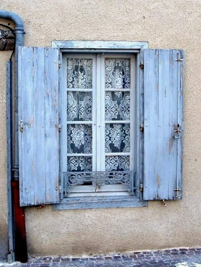 Fenster-schöne-Gardinen-Läden-bleiche-blaue-Farbe
