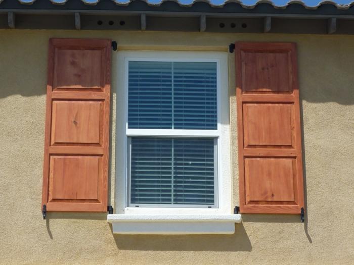 Fenster-weiße-Fensterrahmen-Rolladen-hölzerne-Läder