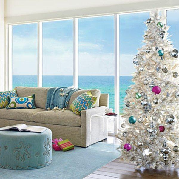 Ferienhaus-Villa-am-Meer-luxuriöses-Interieur-tannenbaum-künstlich-weiss
