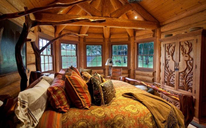 Ferienhaus-gemütliches-Schlafzimmer-moderne-Landhausmöbel-Kleiderschrank-Hirschen-Gravur-elegante-Bettwäsche