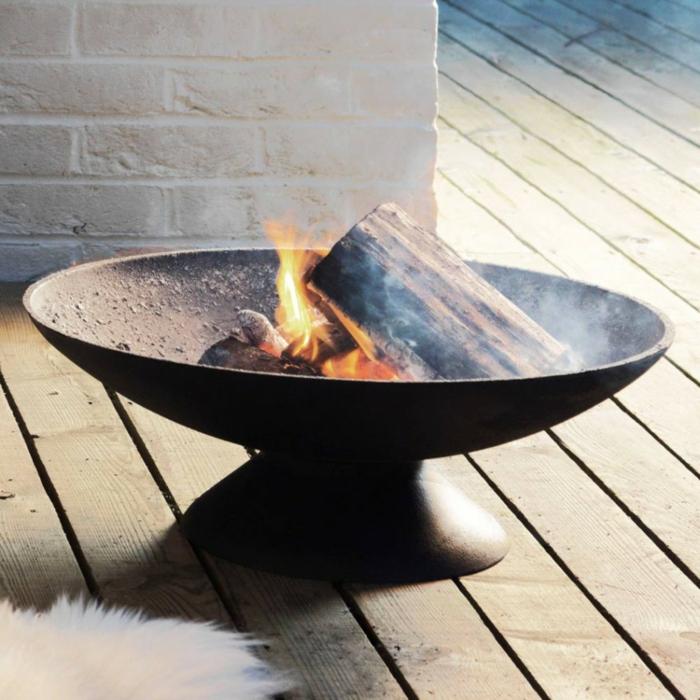 Feuerschale-mit-Grill-feuer-ziegel-wand