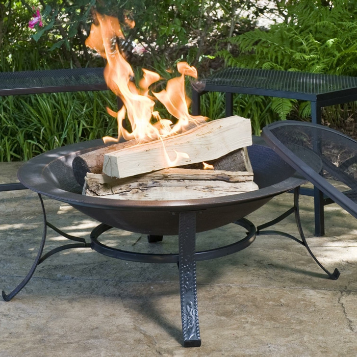 Feuerschale-mit-Grill-schwarz-rustikal-exterieur