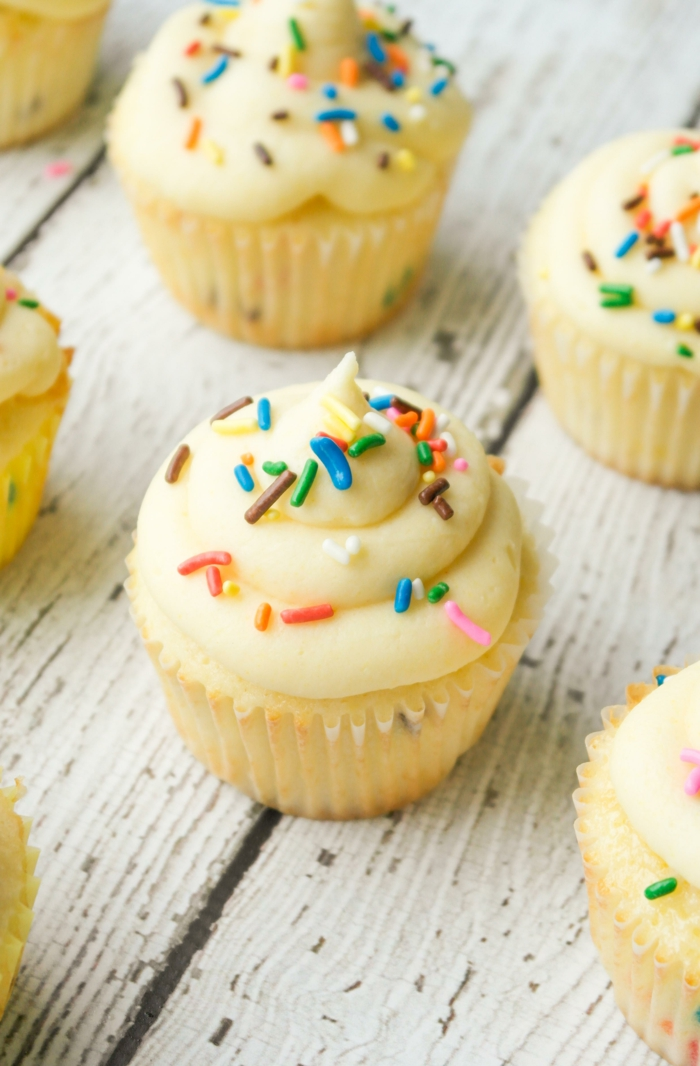 kleine Cupcakes mit Sprinkles