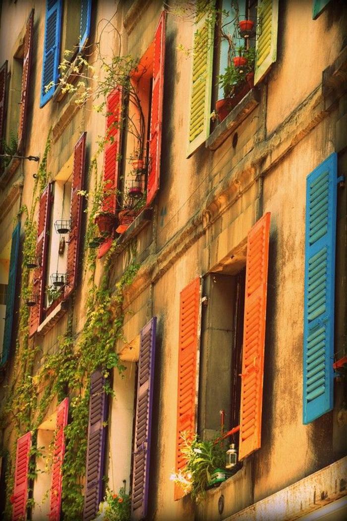 Gebäude-Frankreich-Provinz-Fenster-bunte-Läden-Blumen