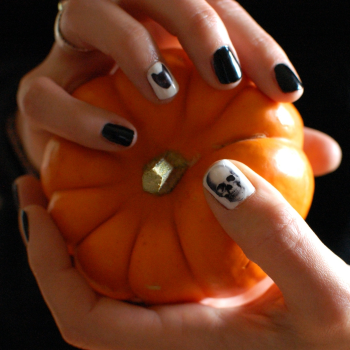Halloween-Ideen-für-Maniküre--klein-kürbiss-weiß-und-schwarz-skelett