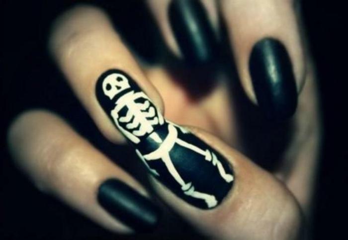 Halloween-Ideen-für-Maniküre-schwarz-nagel-weiß-skelett