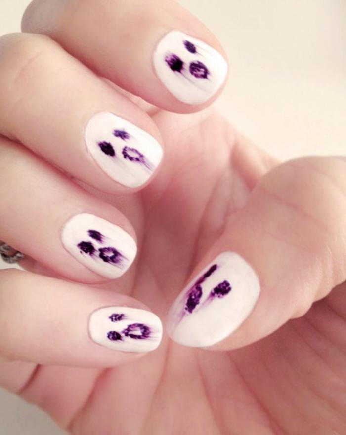 Halloween-Ideen-für-Maniküre-weiß-gruselige-lila