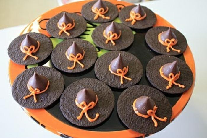 Halloween-Süßigkeiten-hexenhüte-rund-teller-darunter