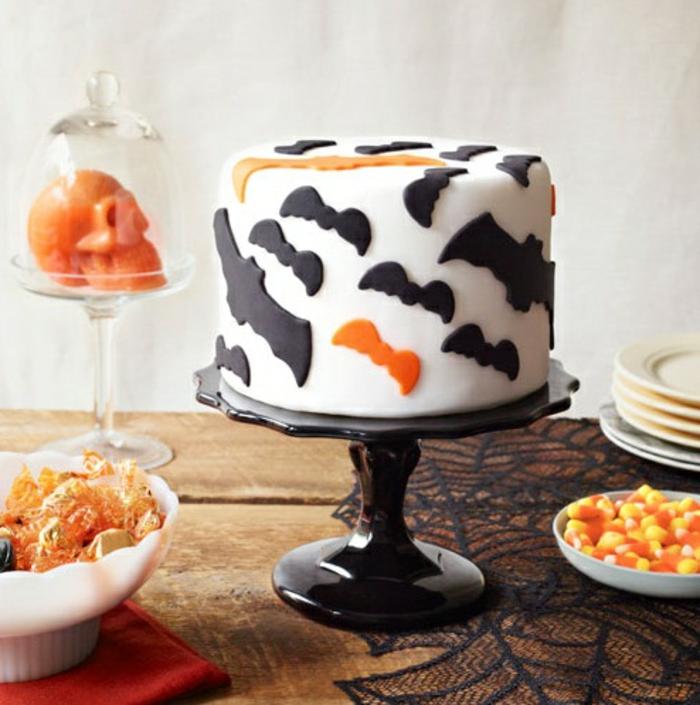 Halloween-Süßigkeiten-weiße-torte-mit-fledermaus