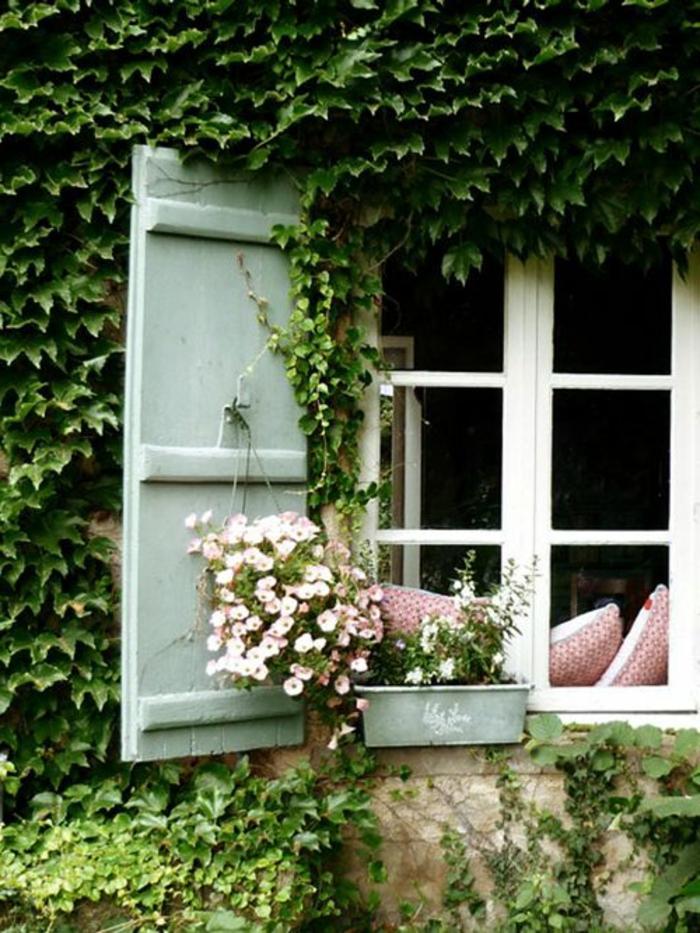 Haus-Fenster-hängende-Blumen-Kissen-Fensterladen-Holz-Minze-Farbe
