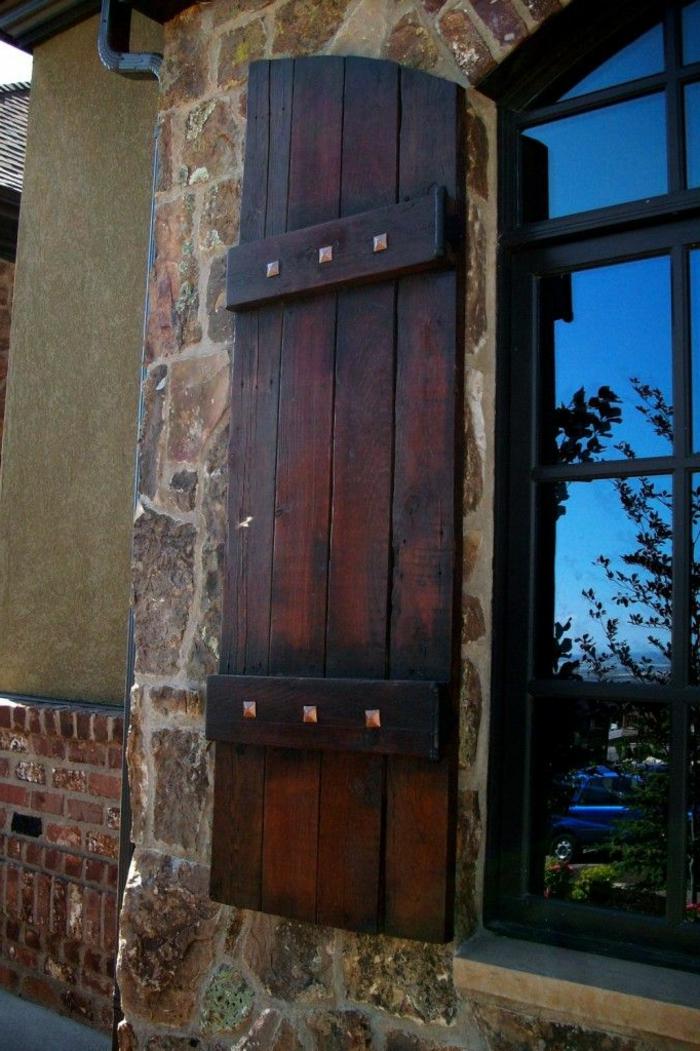 Haus-Stein-Ziegel-Wand-großes-Fenster-Fensterladen-Holz